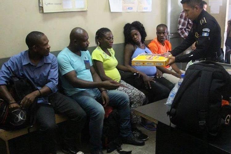 Agentes de la PNC toman datos de los inmigrantes ilegales que eran transportados por los aprehendidos. (Foto Prensa Libre: Víctor Gómez)