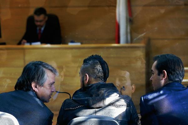 El futbolista chileno Arturo Vidal junto a sus abogados en la audiencia. (Foto Prensa Libre: EFE)