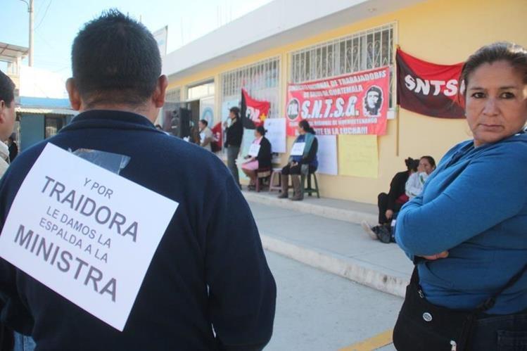 En la cabecera de Huehuetenango, trabajadores de Salud efectúan un plantón para exigir la renuncia de la ministra. (Foto Prensa Libre: Mike Castillo)