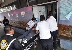 El menor es ingresado a la emergencia del Hospital General por Bomberos Voluntarios. (Foto Prensa Libre: Cortesía CVB)