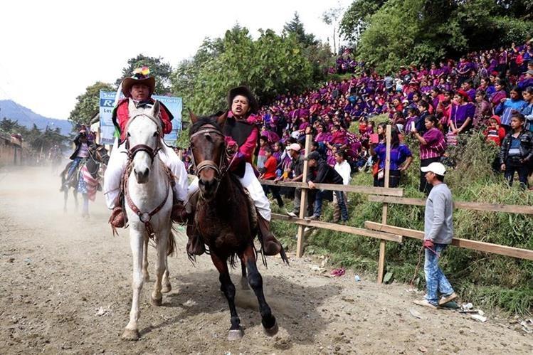 Los jinetes demuestran su destreza para galopar en la carrera de cintas. (Foto Prensa Libre: Mike Castillo)