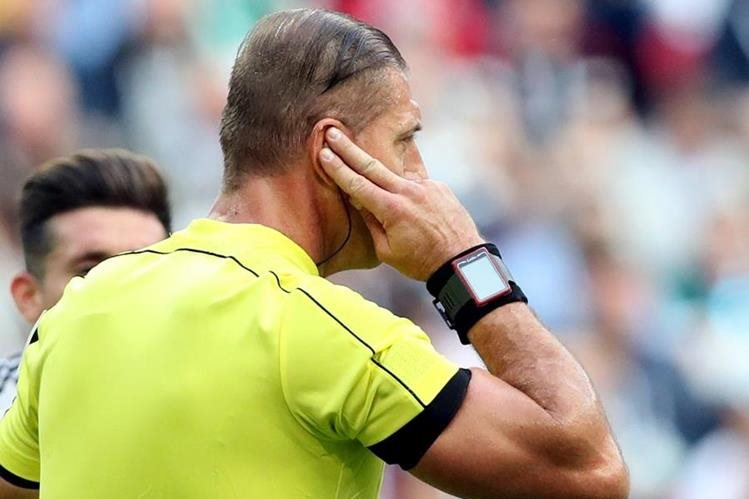 El árbitro argentino Néstor Pitana, dirigió el juego entre Portugal y México. (Foto Prensa Libre: EFE)