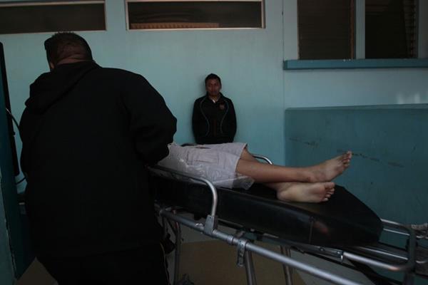 El hombre de 65 años, murió en el hospital, el menor con una herida de bala en la cabeza permanece en cuidados intensivos. (Foto Prensa Libre: É. Ávila)