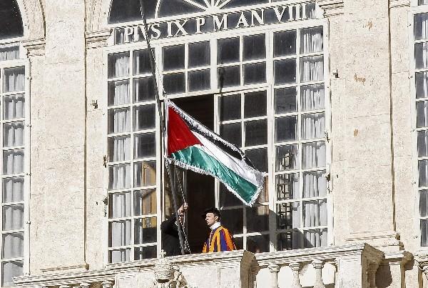 Se levanta una bandera palestina fuera del Vaticano. (EFE).