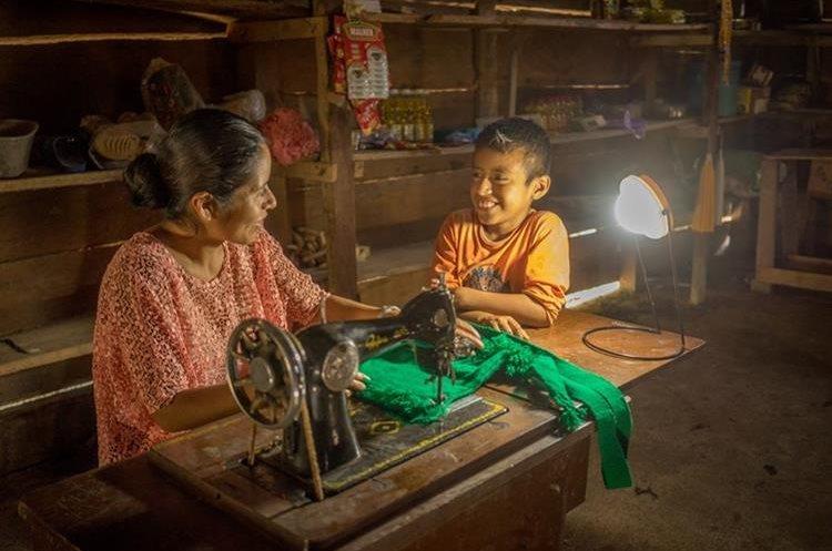 El proyecto de las lámparas y páneles espera atraer a socios para que más hogares se vean beneficiados.