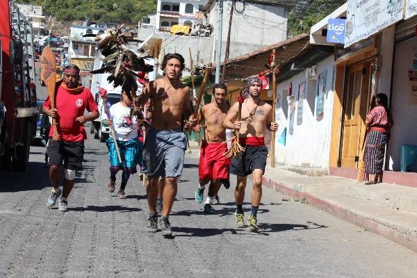 integrantes de tribus  norteamericanas, durante   su recorrido  por la ciudad  de Sololá.