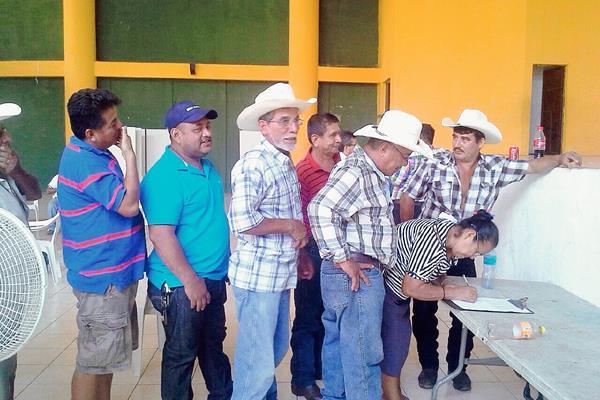 Pobladores de Ayutla, San Marcos, alcanzaron un acuerdo con Energuate, con lo que esperan que se normalice la distribución de energía eléctrica. (Foto Prensa Libre: Energuate)