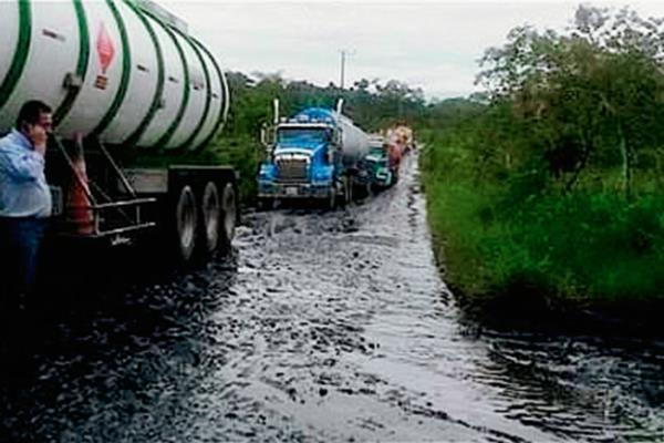 El crudo luce esparcido en la carretera donde los camiones fueron detenidos ilegalmente. (Foto Prensa Libre: Internet).