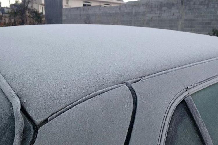Imagen evidencia el intenso frío que se registra en Xela. (Foto Prensa Libre: Carlos Ventura).