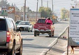 Gente se traslada en picop a causa del paro de buses en Quetzaltenango. (Foto Prensa Libre: Carlos Ventura)