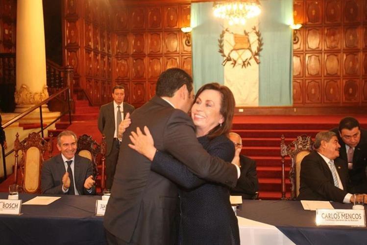 Torres y Morales se saludaron e incluso se dieron un abrazo a petición del presidente Maldonado Aguirre. (Foto Prensa Libre: Esbin García)