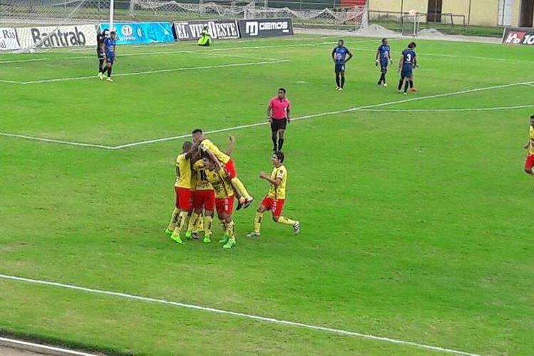 Jugadores de Deportivo Marquense festejan un gol contra Deportivo Malacateco, este jueves en el Marquesa de la Ensenada. (Foto Prensa Libre).