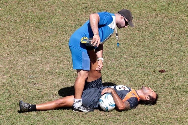 Andrés Lázaro durante un entrenamiento albo. (Foto Prensa Libre: Hemeroteca PL)
