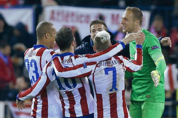 Los jugadores del Atlético de Madrid festejaron el triunfo sobre el Bayer Leverkusen. (Foto Prensa Libre: EFE).