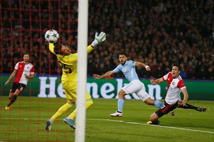 Sergio Agüero vence al portero del Feyenoord  Bradley Jones.