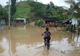 Varias horas de lluvia en Petén, causaron inundaciones en La Libertad y Las Cruces. En la imágen una de las calles del primer municipio. (Foto Prensa Libre: Conred)