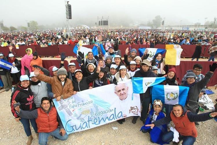 Fieles guatemaltecos viajaron para ver al papa Francisco. (Foto Prensa Libre: Esbin García)
