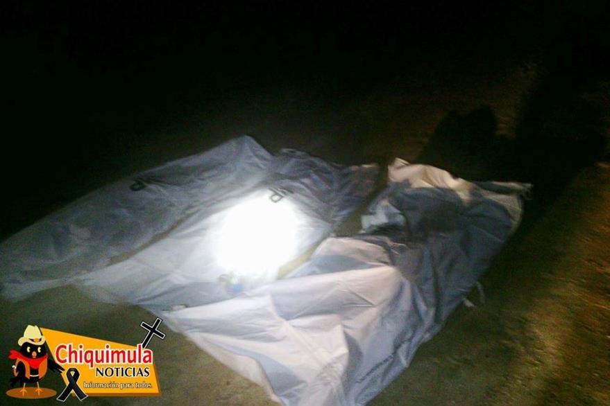 Cadáveres de los tres hombres que fueron ultimados en Jocotán. (Foto Prensa Libre: Chiquimula Noticias).