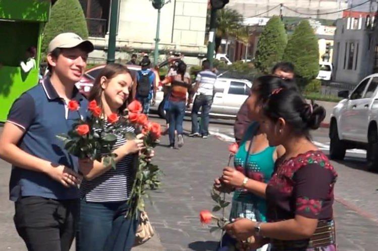 Una rosa cambió el día de muchas personas, que agradecieron el gesto de Laura. (Foto Prensa Libre: Fernando Magzul)