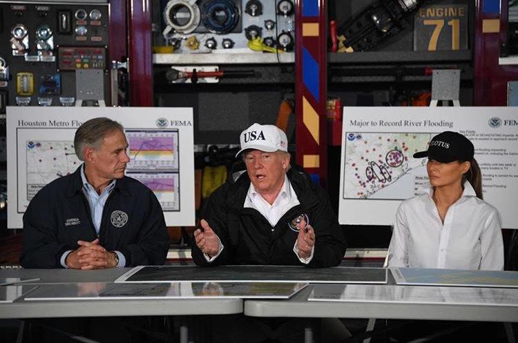 Donald Trump (c) habla junto al gobernador de Texas, Greg Abbott, y la primera dama, Melania Trump en Corpus Christi, Texas.(AFP).