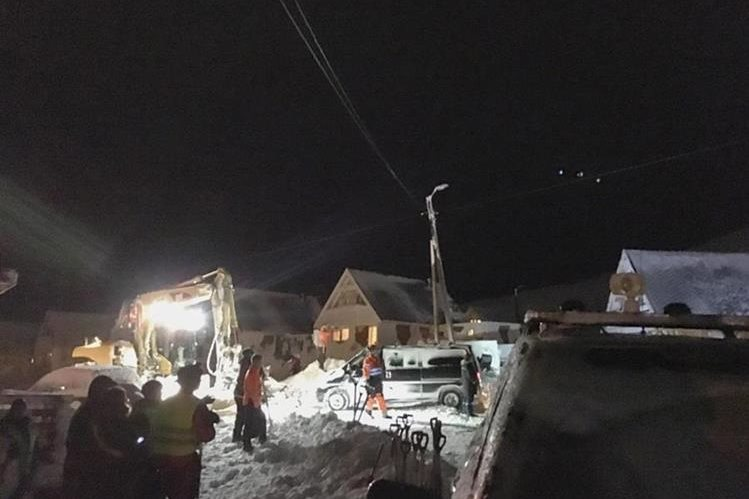 La avalancha ocurrió en la vertiente del monte Sukkertoppen, que domina Longyearbyen, la capital de Svalbard. (Foto Prensa Libre: EFE).