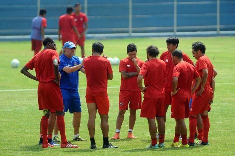 Jugadores de Municipal escuchan al técnico Gustavo Machaín en la practica que realizaron en el estadio El Trébol. (Foto Prensa Libre: Carlos Vicente)