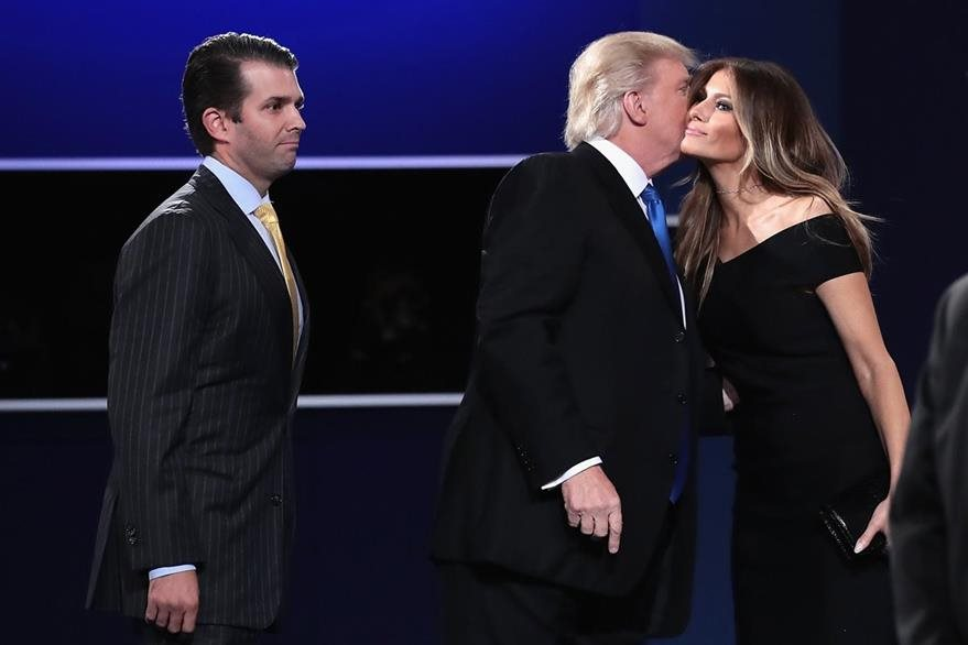 Donald Trump besa a su esposa Melania. (Foto Prensa Libre: AFP).