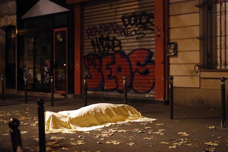El cadáver de una de las víctimas de Samy Amimour, en la matanza del Bataclán en noviembre del 2015. (Foto Prensa Libre: AP).