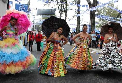 Durante el desfile del 15 de septiembre,  estudiantes de Magisterio exhibieron los 10 modelos que confeccionaron con materiales de desecho.