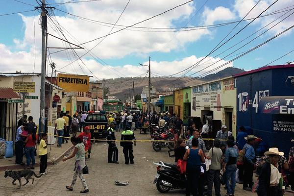 La PNC acordona el lugar en donde un niño murió prensado por dos autobuses en Jalapa. (Foto Prensa Libre: Hugo Oliva)