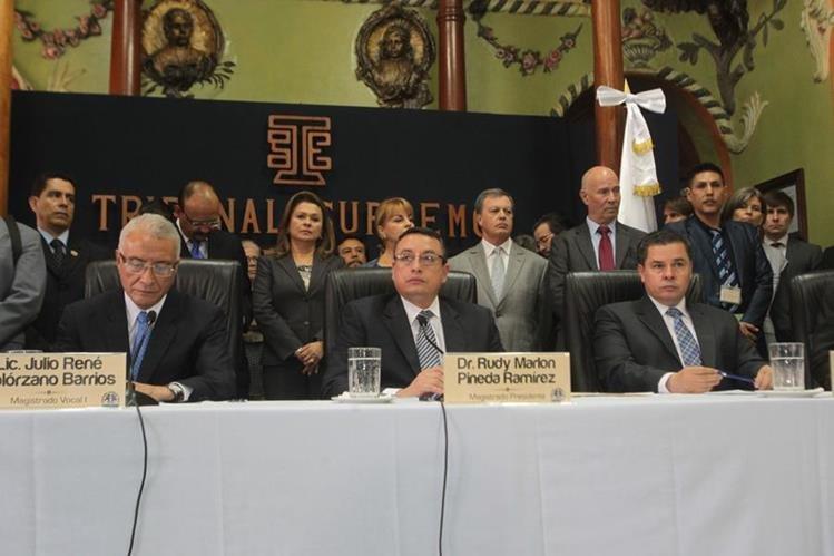 Julio Solórzano, Marlon Pineda -al centro- y Jorge Mario Valenzuela, magistrados del TSE. (Foto Prensa Libre: Hemeroteca PL)