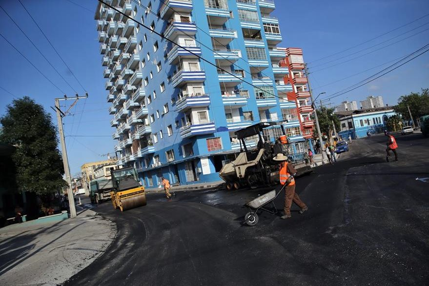 Varios obreros asfaltan una calle cerca del Estadio Latinoamericano en La Habana, Cuba. (Foto Prensa Libre: EFE).