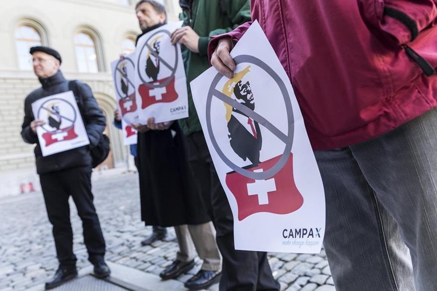 """Activistas de la oenegé Campax presentan una petición para que se declare a Trump, persona """"non grata"""".(EFE)."""