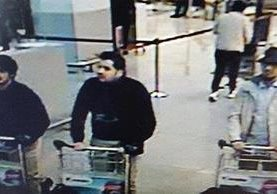 El hombre ,(d), figura en una de las imágenes grabadas por las cámaras de seguridad.
