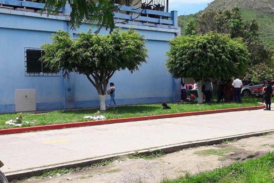 Después de varias horas, la menor recibió atención médica. (Foto Prensa Libre: Carlos Grave)