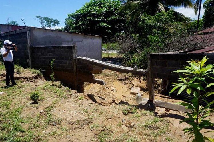 Pared que colapsó en el barrio El Campamento, Los Amates, Izabal. (Foto Prensa Libre: Dony Stewart).