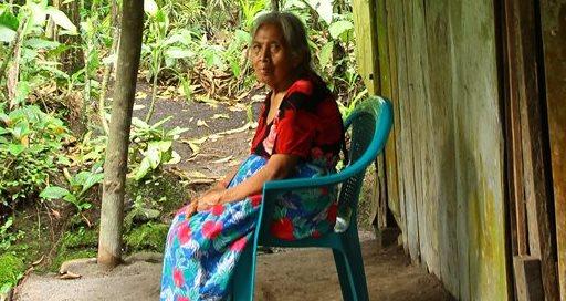 Una mujer descansa en una silla en al corredor de su vivienda con la esperanza que el volcán no los obligue a evacuar su casa. (Foto Prensa Libre: Álvaro Interiano)