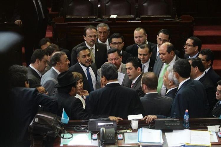 Jefes de bloque se reunieron al comienzo de la sesión para buscar acuerdos en cuanto a la jurisdicción indígena. (Foto Prensa Libre: Álvaro Interiano)