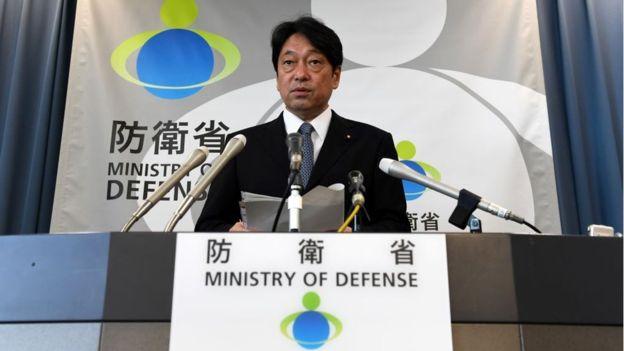 El ministro de Defensa de Japón, Itsunori Onodera, afirma que hicieron seguimiento del proyectil desde su lanzamiento hasta que cayó al mar. GETTY IMAGES
