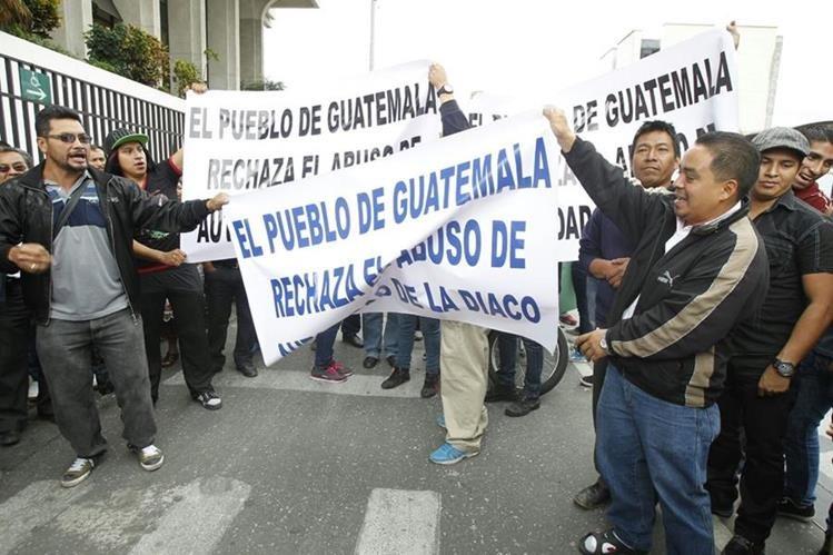 Un grupo de la Gremial de Comercializadores de Productos Pirotécnicos de Guatemala protestaron frente a la Corte Suprema de Justicia (Foto Prensa Libre: Paulo Raquec).