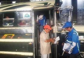 Un representante de la DGT solicita la documentación al conductor de una unidad extraurbana. (Foto Prensa Libre: Cortesía DGT)