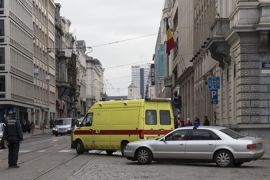 ambulancia que traslada a Salah Abdeslam en Bruselas, Bélgica. (AFP)