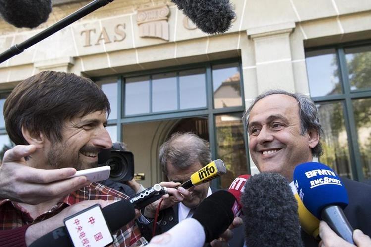 El francés Michel Platini, expresidente de la UEFA, atiende a los medios a la salida de la audiencia que el Tribunal de Arbitraje Deportivo (TAS) celebra en Lausana. (Foto Prensa Libre:EFE)