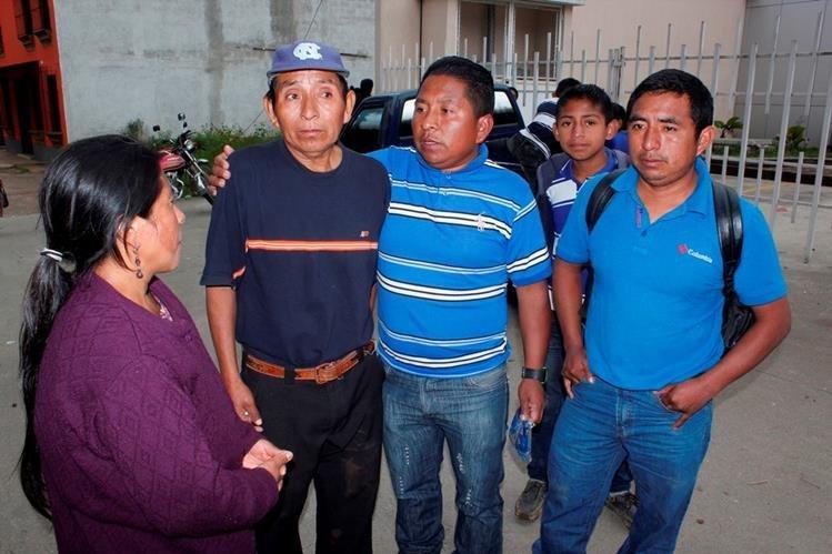 Esposo de mujer -segundo de la izquierda- que murió al haber caído de bus extraurbano en Zaragoza, Chimaltenango. (Foto Prensa Libre: Víctor Chamalé)