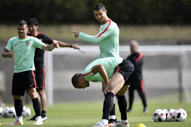 La selección de Portugal se prepara para el partido de cuartos de final contra Polonia. (Foto Prensa Libre: AP)