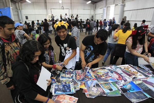 <p>Jóvenes compran fotos de personajes famosos.</p>