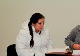 Diana Esmeralda Rabanales, señalada de estafa, escucha le decisión del juzgado del juzgado de Quetzaltenango. (Foto Prensa Libre: María José Longo).