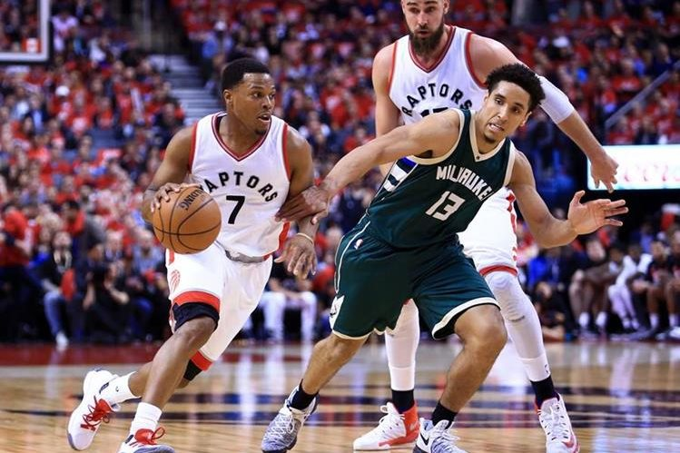 El astro Kyle Lowry anotó 22 puntos los Toronto Raptors vencieron este martes a los Milwaukee Bucks 106-100 para empatar 1-1.(Foto Prensa Libre: AFP)