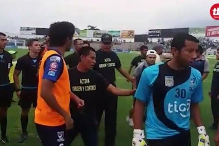 Toda la pelea comenzó desde el campo donde los jugadores de Suchi le reclamaron a los árbitros. (Foto Prensa Libre: TodoDeportes)
