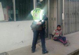 Atado y encerrado en una gasolinera de Villa Nueva, fue encontrado un guardia de seguridad privada. (Foto Prensa Libre: Dalia Santos)